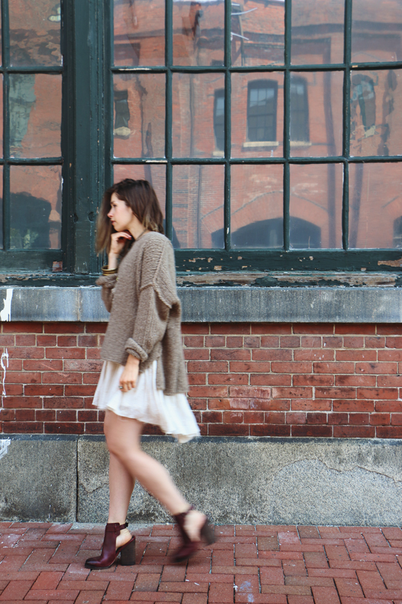 Воплощение нежности: мягкий свитер поверх платья 2