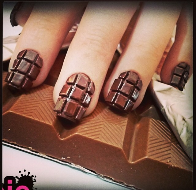 Шоколадка на ногтях