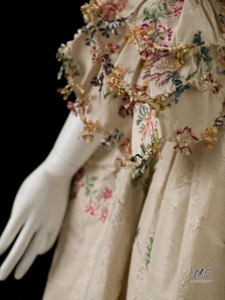 Невероятная вышивка на рукавах дамских платьев 1750-70-х годов.