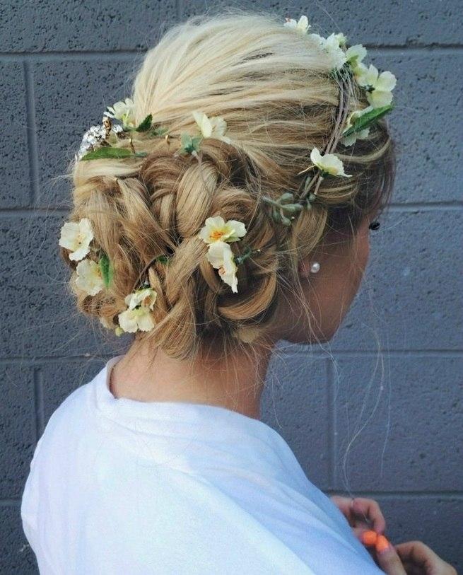 Причёска на средние волосы с цветами в волосах
