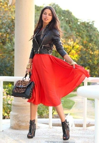 В красной юбке красном платье и черных чулках колготках 118