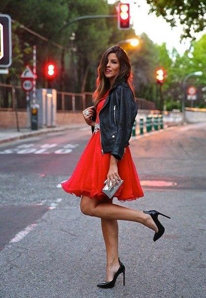 В красной юбке красном платье и черных чулках колготках 42